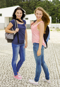 Beautiful and happy studentsの写真素材 [FYI00769453]