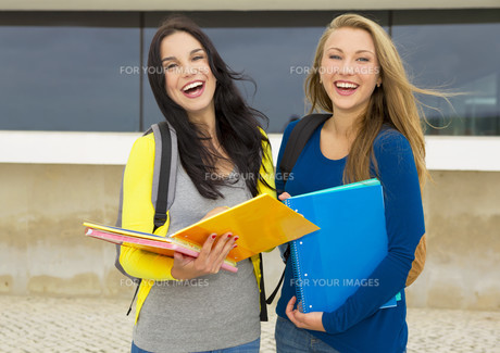 Beautiful and happy studentsの写真素材 [FYI00769467]