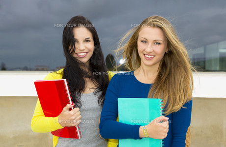 Beautiful and happy studentsの写真素材 [FYI00769471]