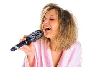 Woman singing with hairbrush,Woman singing with hairbrush,Woman singing with hairbrush,Woman singing with hairbrushの写真素材 [FYI00769709]