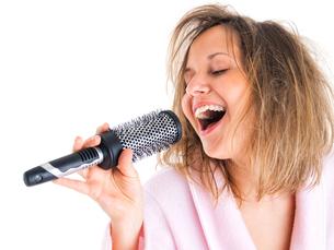 Woman singing with hairbrush,Woman singing with hairbrush,Woman singing with hairbrush,Woman singing with hairbrushの写真素材 [FYI00769715]