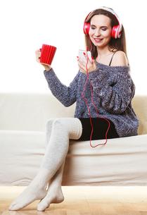 woman with headphones listening musicの写真素材 [FYI00769783]