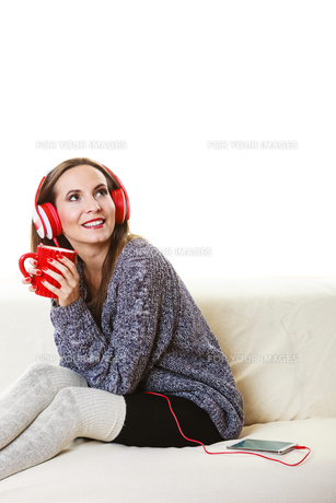 woman with headphones listening musicの写真素材 [FYI00769785]