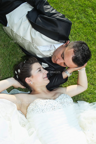 Bride and groom on grassの写真素材 [FYI00769800]