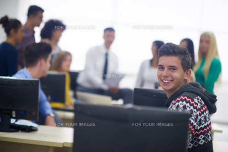 students group in computer lab classroomの写真素材 [FYI00769897]