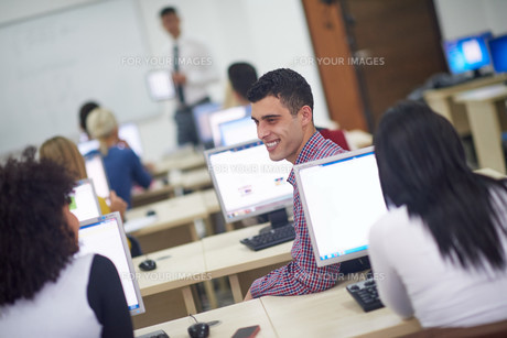 students group in computer lab classroomの写真素材 [FYI00769906]