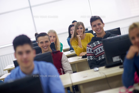 students group in computer lab classroomの写真素材 [FYI00769907]