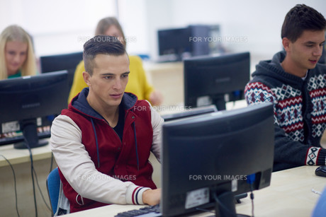 students group in computer lab classroomの写真素材 [FYI00769918]