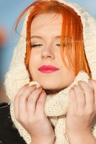 beauty face red hair woman in warm clothing outdoorの写真素材 [FYI00769951]