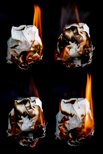 paper burning on black backgroundの写真素材 [FYI00770033]