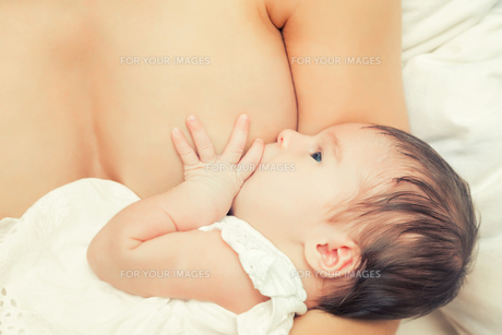 Breastfeeding of infantの素材 [FYI00770037]
