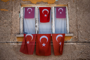 Old House with Turkish Flagsの写真素材 [FYI00770087]