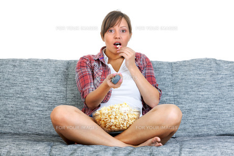 Young woman eating popcornの写真素材 [FYI00770173]