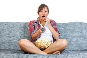 Young woman eating popcornの写真素材 [FYI00770173]