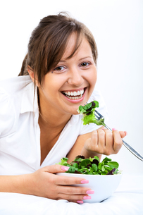 Young woman eating healthy saladの写真素材 [FYI00770209]