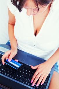 Young woman shopping online,Young woman shopping online,Young woman shopping online,Young woman shopping onlineの写真素材 [FYI00770269]