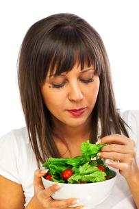 Young woman eating fresh saladの写真素材 [FYI00770281]