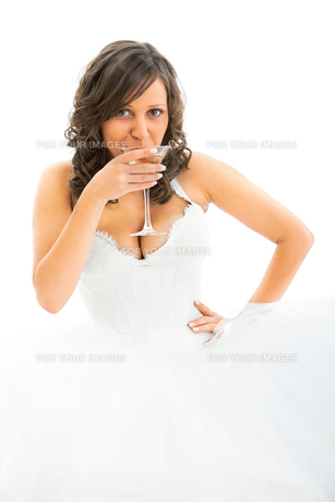 Young bride drinking martini,Young bride drinking martini,Young bride drinking martini,Young bride drinking martiniの写真素材 [FYI00770292]