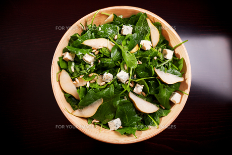Fresh spinach salad with blue cheese, pears and honey,Fresh spinach salad with blue cheese, pears and honey,Fresh spinach salad with blue cheese, pears and honey,Fresh spinach salad with blue cheese, pears and honeyの素材 [FYI00770413]