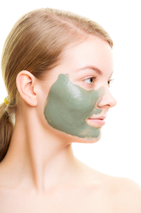 skin care. woman with clay mud mask on face.の写真素材 [FYI00770475]
