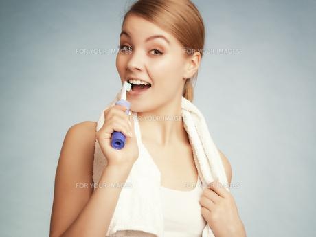 girl brushing teeth. dental care healthy teeth.の素材 [FYI00770487]