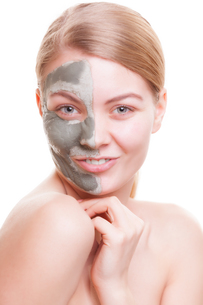 skin care. woman applying clay mask on face. spa.の写真素材 [FYI00770498]