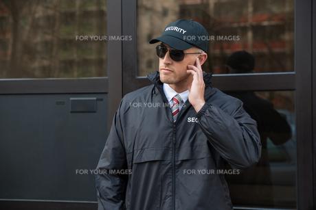 Security Guard In Front Of The Door Entranceの写真素材 [FYI00770524]
