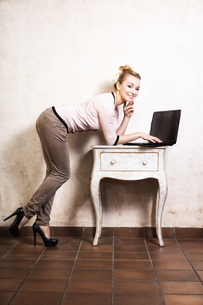 businesswoman working on laptop computerの写真素材 [FYI00770532]