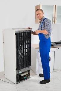 Repairman Repairing Refrigeratorの写真素材 [FYI00770541]