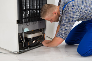 Repairman Making Refrigerator Applianceの写真素材 [FYI00770543]