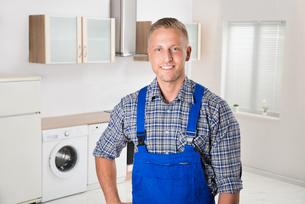 Repairman In The Kitchenの写真素材 [FYI00770548]
