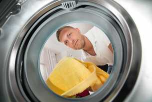 Man With Towel View From Inside The Washing Machineの写真素材 [FYI00770566]