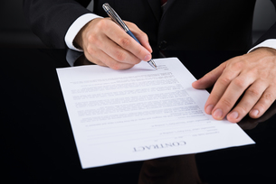 Businessperson Signing Contract Paperの写真素材 [FYI00770595]