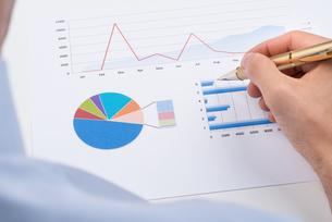 Businessperson Analyzing Statistic Chartの写真素材 [FYI00770602]
