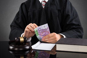 Judge Counting Euro Banknoteの写真素材 [FYI00770611]
