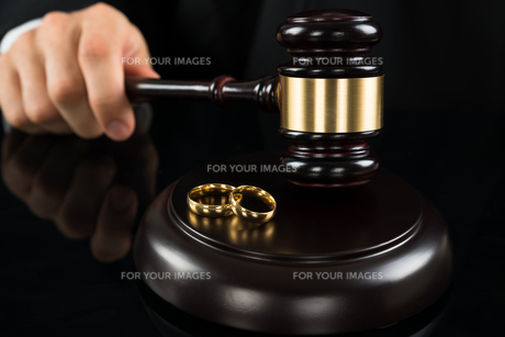 Close-up Of Judge Hitting Gavel With Ringsの素材 [FYI00770615]
