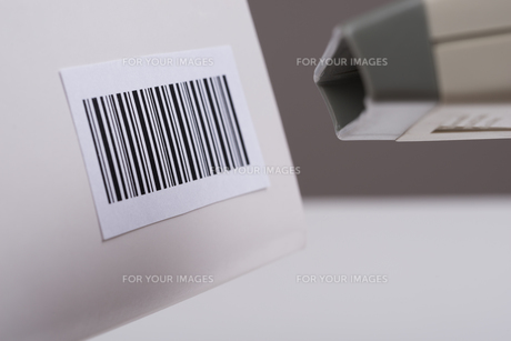 Person Hand Using A Barcode Scannerの写真素材 [FYI00770639]