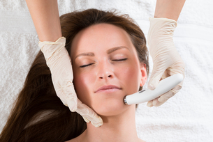 Woman Receiving Microdermabrasion Therapyの写真素材 [FYI00770642]