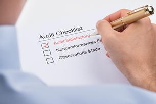 Businessperson Filling Audit Checklist Formの写真素材 [FYI00770644]