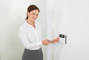 Businesswoman Operating Door Security Systemの写真素材 [FYI00770646]