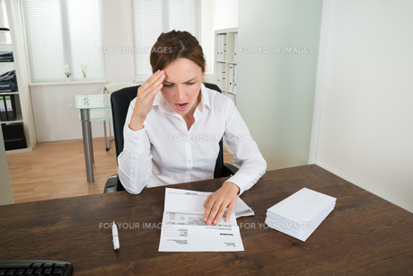 Businesswoman With Document In Officeの写真素材 [FYI00770687]