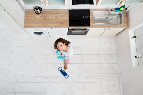 Woman Mopping Floorの写真素材 [FYI00770718]