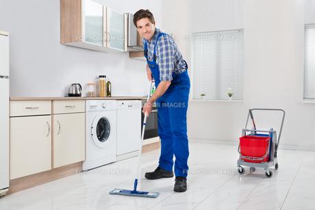 Worker Mopping Floorの写真素材 [FYI00770763]