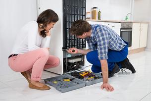 Repairman Repairing Refrigeratorの写真素材 [FYI00770769]