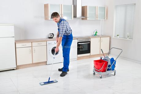 Worker Mopping Floorの写真素材 [FYI00770781]