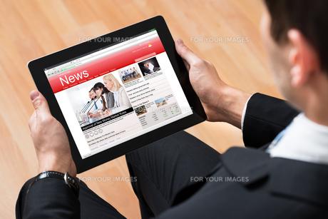 Businessperson Reading News Onlineの写真素材 [FYI00770808]