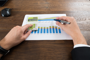 Businessperson Analyzing Statistical Dataの写真素材 [FYI00770811]