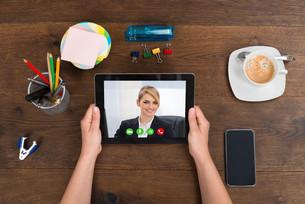 Person Videochatting On Digital Tabletの写真素材 [FYI00770820]
