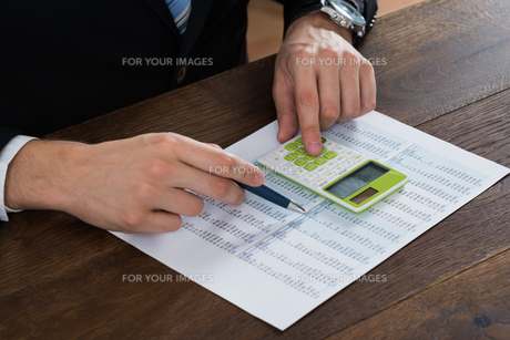 Businessperson Working With Accounting Documentの写真素材 [FYI00770828]