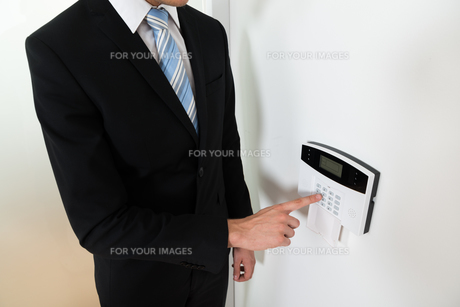 Businessman Setting Home Security Alarm Systemの写真素材 [FYI00770849]